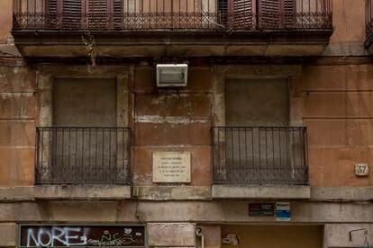 La placa que recuerda que en este edificio de la calle Princesa nació Santiago Rusiñol en 1861.
