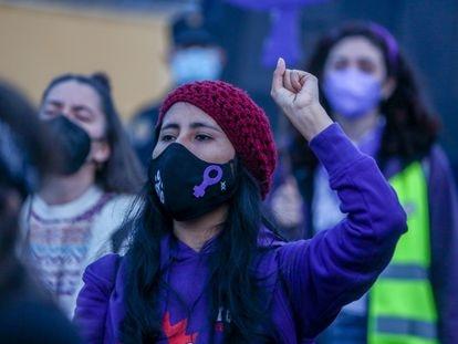Una manifestante durante una marcha feminista en Aluche (Madrid), el 5 de marzo.