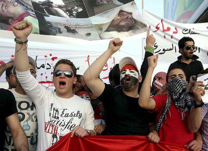 Manifestación contra el régimen de El Asad ante la Embajada siria en Amán, Jordania.