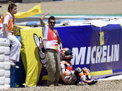 Pedrosa, justo después de la caída, en el circuito de Jerez.