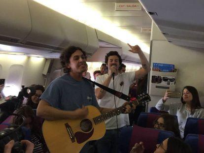 Taburete da un concierto por sorpresa en mitad de un vuelo universitario a Riviera Maya