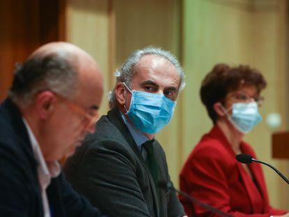 El viceconsejero de Salud Pública de Madrid, Antonio Zapatero; el consejero Enrique Ruiz Escudero, y la directora general de Salud Pública, Elena Andradas, en la rueda de prensa del pasado viernes.