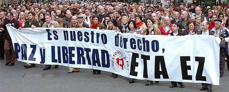 Miles de personas han acudido en Bilbao a la manifestación contra ETA