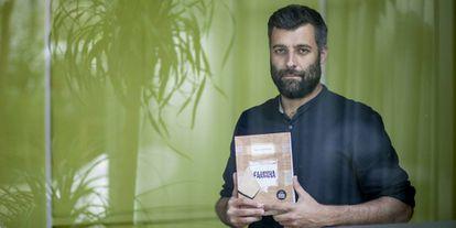 Nacho Carretero, con un ejemplar de la edición en portugués de 'Farinha'.