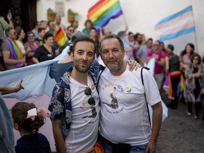 FOTO: Rafael Gil y Joaquín Gómez (drcha.), de la Asociación Delta LGBTIC, este sábado en Arcos de la Frontera.   VÍDEO: 'Fin de semana de homenaje y reivindicación LGTBI en Torremolinos'.