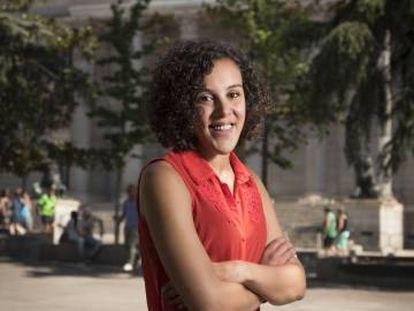 La diputada Nagua Alba, frente al Congreso.