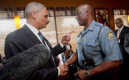 Holder junto al policía encargado de supervisar las protestas.