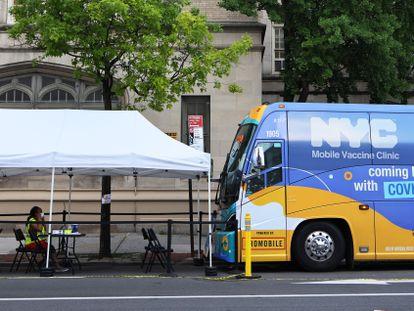 Una sanitaria sentada en un punto de vacunación móvil, este miércoles en una calle de Nueva York.