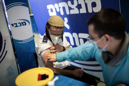 Un hombre se vacuna en un centro de salud de Jerusalén.