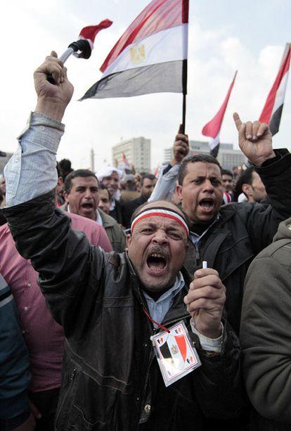Manifestantes anti-Mubarak, en la plaza de la Liberación de El Cairo.
