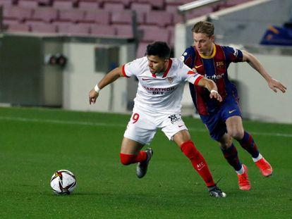El jugador del Barça, De Jong (a la derecha) y Acuña, del Sevilla, en un encuentro entre ambos equipos.