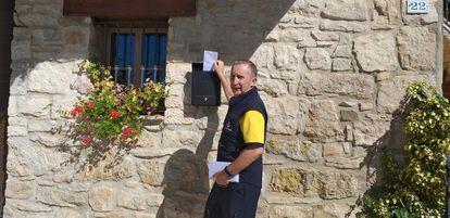 El cartero rural Luis María Aramendia, durante un día de reparto en Ibiricu de Yerri, en Navarra.