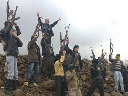 Soldados desertores durante una protesta contra el régimen sirio, cerca de Idlib.