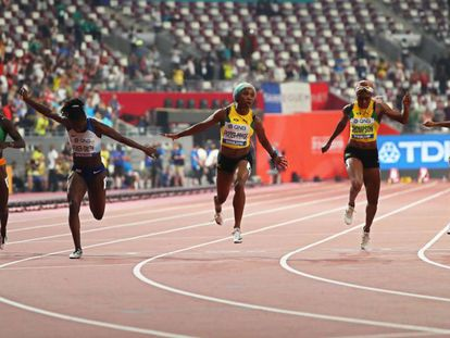 Shelly-Ann Fraser-Pryce, en el centro, gana los 100m.