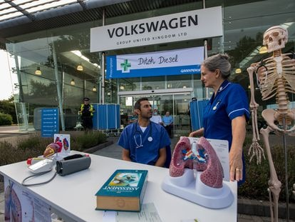 Protesta de Greenpeace ante las oficinas de Volkswagen en Inglaterra por el fraude a los consumidores de la empresa automovilística.