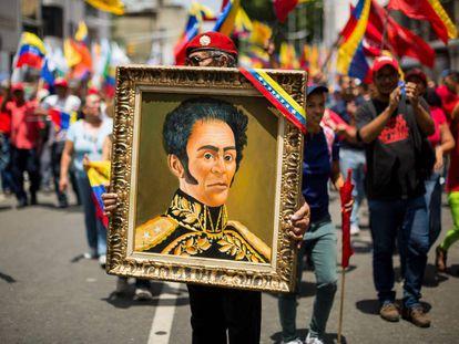 Un hombre sostiene un cuadro de Simón Bolívar durante una manifestación en Caracas (Venezuela) en 2019.