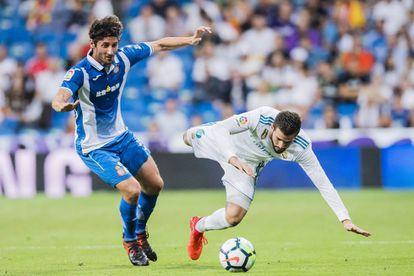 El jugador del Español, Esteban Granero, disputa un balón con Nacho, del Real Madrid.