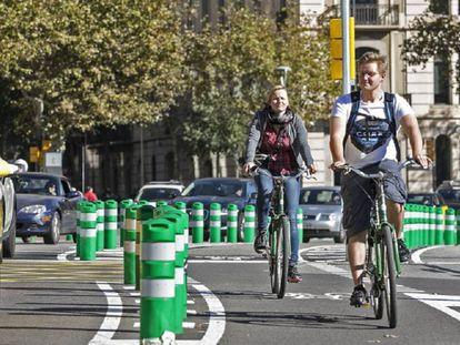 Dos ciclistas en Barcelona.