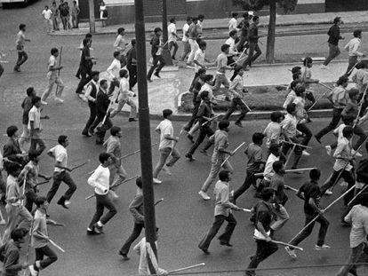 Paramilitares armados en el final de la marcha de estudiantes reprimida el 10 de junio de 1971.