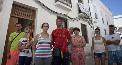 Varias de las familias que han ocupado viviendas de Sanlúcar.