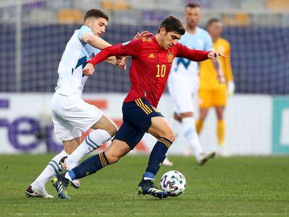 Gonzalo Villar conduce el balón ante un jugador de Eslovenia, durante el Europeo sub-21.
