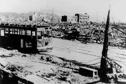 """Imagen tomada en Hiroshima el 12 de agosto de 1945, seis días después del lanzamiento de la bomba. A unos 300 metros del hipocentro se ve la estructura de un tranvía en medio de un terreno devastado. Los pasajeros de baja estatura sobrevivieron al quedar """"protegidos"""" por los más altos."""