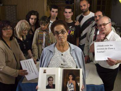 Familiares de las víctimas del crimen del Cash Record en el polígono lucense de O Ceao, con las fotos de los asesinados, en 2011.