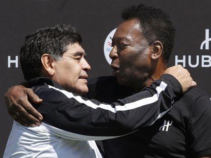 Maradona y Pelé abrazados en 2016.