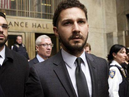 Shia LaBeouf saliendo de la corte de Manhattan.