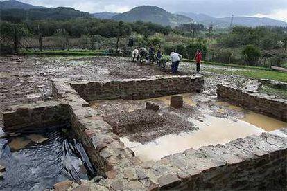 Una de las estructuras que componen el poblado romano de Forua, ayer, durante los trabajos de excavación.