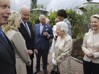Isabel II habla con el presidente de EE UU, Joe Biden, y su esposa, Jill Biden, durante la recepción con los líderes del G7 en el Proyecto Edén en Cornualles, Inglaterra.