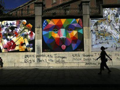 Los muros que rodean La Tabacalera, en el madrileño barrio de Lavapiés, en agosto de 2016.