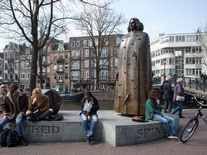 Estatua del pensador Spinoza en Ámsterdam, el pasado mes de abril.