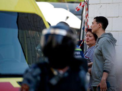 Una mujer junto a los servicios de emergencias tras el tiroteo en el colegio, este martes.