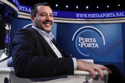El ministro del Interior italiano, Matteo Salvini, asiste este jueves al programa de televisión 'Porta a Porta', en Rai 1, en Roma.