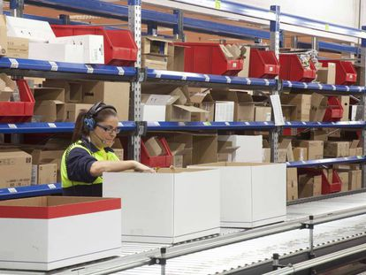 Una trabajadora en un almacén, en Tres Cantos (Madrid).