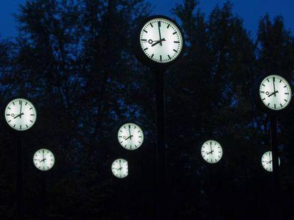 Relojes de una exposición de Klaus Rinke, en Düsseldor (Alemania), el 26 de octubre de 2016.