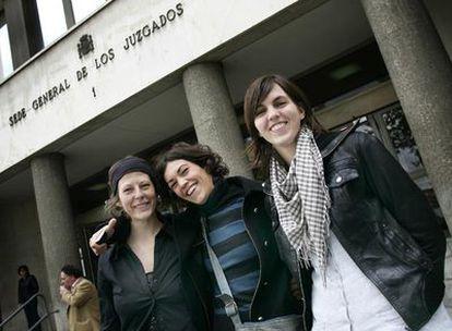 De izquierda a derecha, Blanca Costa, Aurora Velasco y Anne Vandelier, delante de los juzgados de la plaza de Castilla.