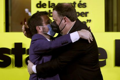 El candidato de ERC a la presidencia de la Generalitat, Pere Aragonès (a la izquierda), es abrazado por el presidente del partido, Oriol Junqueras.