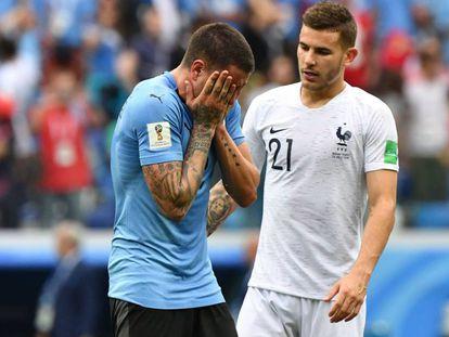 Lucas Hernández consuela a Giménez después de la derrota de Uruguay ante Francia.
