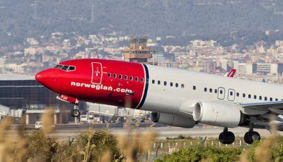 Avión de Norwegian despegando del aeropuerto de El Prat.