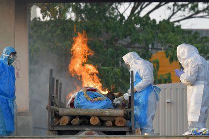 Cremación en Bangalore de una de las personas fallecidas por covid.