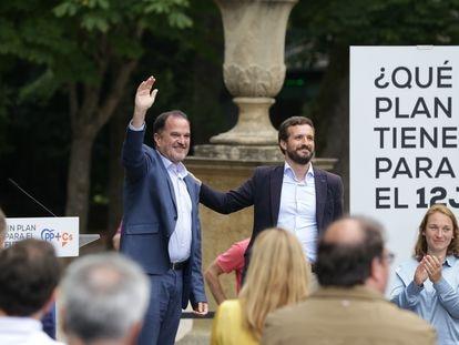Carlos Iturgaitz (izquierda) y Pablo Casado, durante el acto cierre de campaña electoral del PP en Vitoria.