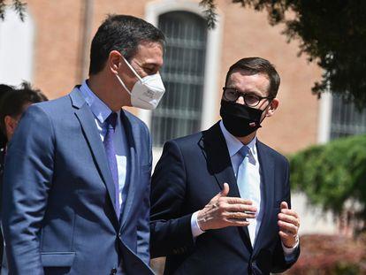 El presidente del Gobierno, Pedro Sánchez, junto a su homólogo polaco, Mateusz Morawiecki, durante la XIII cumbre hispano-polaca, este lunes en Alcalá de Henares (Madrid).