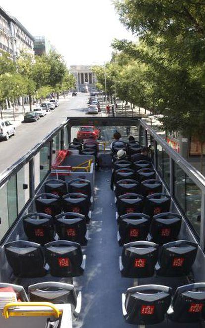 Un austobús turístico casi vacío por las calles de Madrid este verano.
