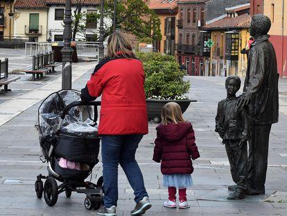 Una mujer y su hija pasean por la plaza de la Catedral, en León, este lunes.