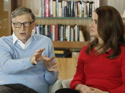 En la imagen, Bill Gates y su esposa Melinda en una entrevista. En el vídeo, Gates habla ante un auditorio.