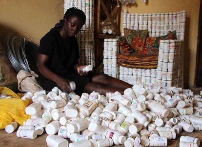 Algunos de los botes con los que trabaja Kemigisa contenían sus propios medicamentos. Otros eran de su hija.