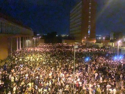 Macrobotellón en la Ciudad universitaria de la Complutense de Madrid. Foto: Twitter