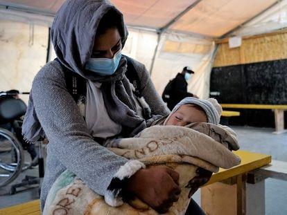 Una madre con su hijo recién nacido en la sala de espera de la clínica de MSF en Lesbos, Grecia, el 31 de enero de 2021. Más de 7.000 personas, incluidos 2.500 niños, siguen viviendo en tiendas de campaña, expuestos al crudo invierno.